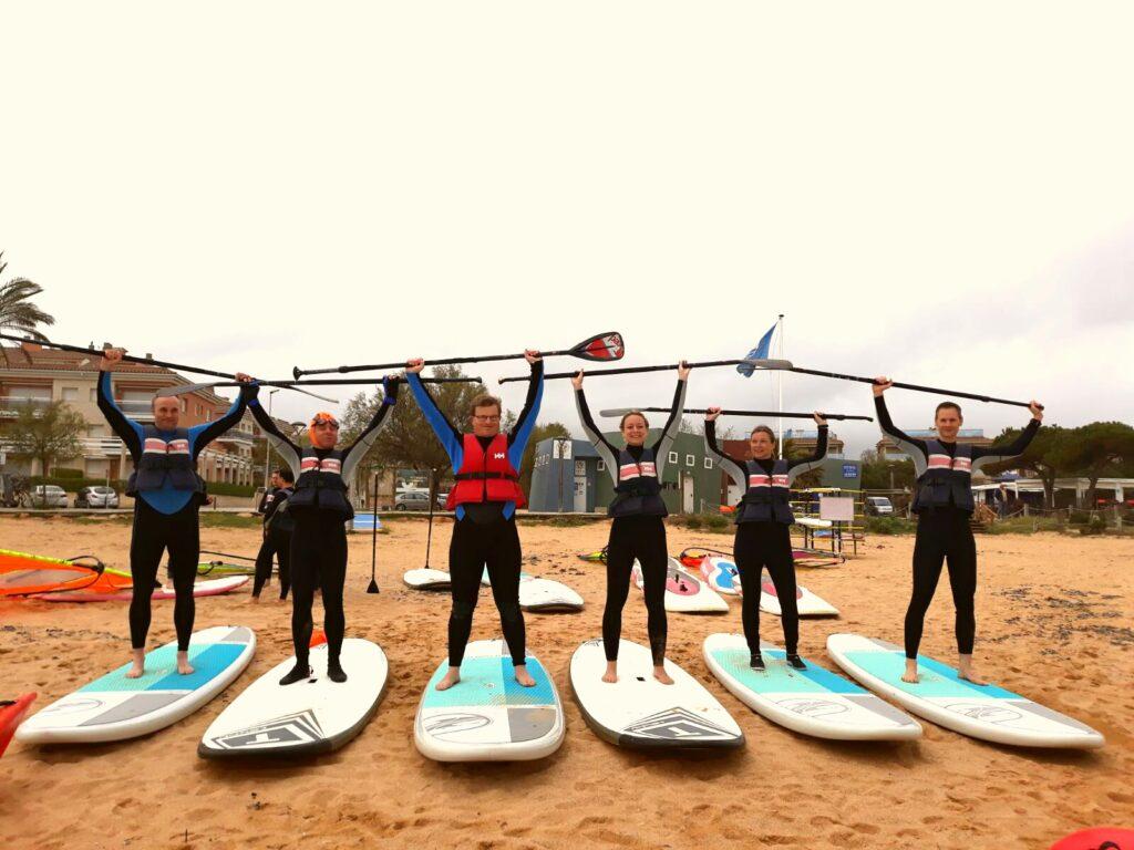 empresa realitzant escalfament per a fer paddle surf!